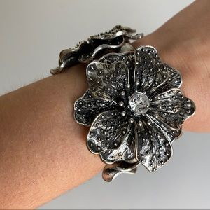 🎉5/20 SALE🎉 silver tone flower stretch bracelet